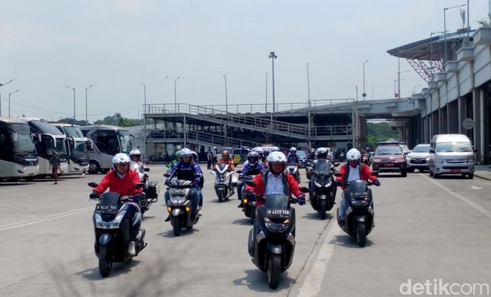 Menteri Perhubungan Budi Karya Sumadi memilih menghabiskan akhir pekannya dengan konvoi berkendara sepeda motor bersama para driver Go-Jek.