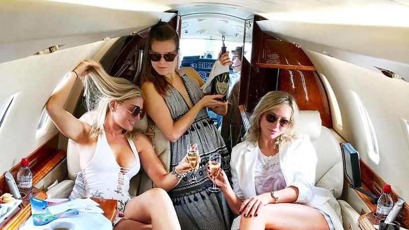 Hofit mengaku lahir dan besar di Israel. Sampai nasib membawanya pindah ke Kanada ikut orangtuanya. Kemudian dia jadi penari di acara TV, jadi presenter acara fashion, dan punya bisnis travel. Sekarang, dia bisa keliling dunia naik jet pribadi. (Instagram/@hofitgolanofficial)