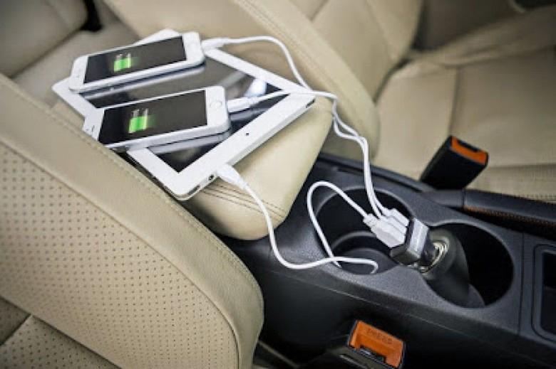 Ilustrasi ngecas HP di dalam mobil. Foto: Toyota Astra Motor