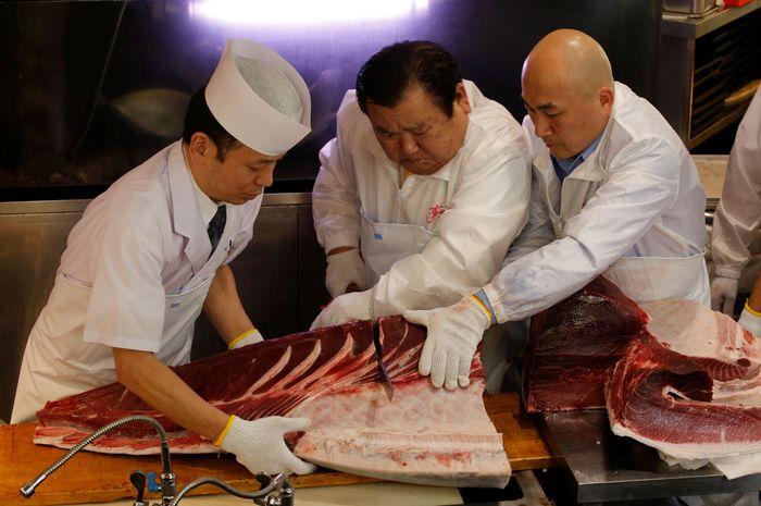 Tak tanggung-tanggung ikan tuna sirip biru itu pun dihargai dengan harga tinggi yaitu 333.600.000 yen atau senilai Rp 43,8 miliar.