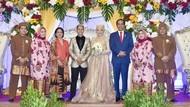 Kondangan ke Pernikahan Hanifan dan Pipiet, Jokowi: Samawa, Ya!