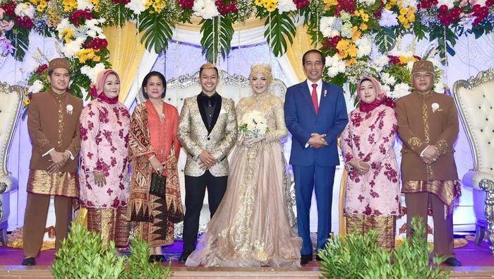 Jokowi dan Ibu Iriana kondangan ke pernikahan atlet pencak silat Indonesia, Pipiet Kamelia dan Hanifan Yudani kusumah. (Foto: Instagram @kameliapipit)