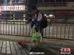 Foto Anak 11 Tahun Bantu Ibu Bersihkan Jalanan Ini Menghangatkan Hati