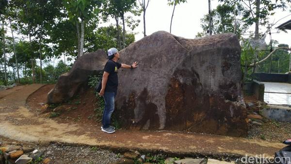 Sebagian warga percaya dengan mitos naik batu akan sakit kepala dan kesurupan. Bahkan beberapa warga mengaku melihat batu itu bercahaya pada malam tertentu, seperti malam Jumat Kliwon (Dadang/detikTravel)