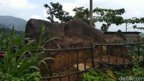 Inilah Batu Kuda, yang disebut demikian karena menyerupai hewan kuda. Konon, mitos menaiki batu ini sangat kental (Dadang/detikTravel)
