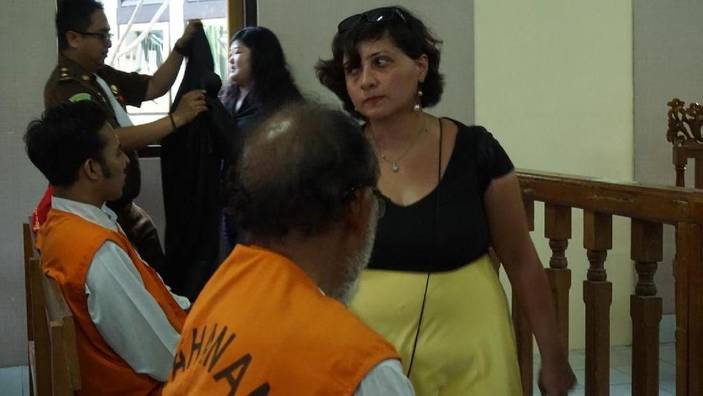 WN Inggris Penampar Staf Imigrasi Bali Damprat Pengunjung Sidang!