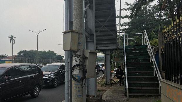 Sisi lain JPO ini berada di Jalan Arjuna Utara, namun kondisinya tidak masalah yakni ada di trotoar.