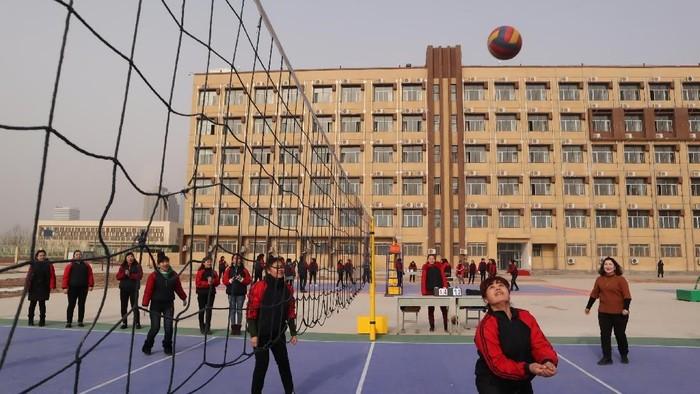 Pemerintah China membangun sejumlah kamp untuk memberikan keterampilan dan pendidikan kepada etnis Uighur. Seperti kehidupan mereka disana? Yuk, lihat.