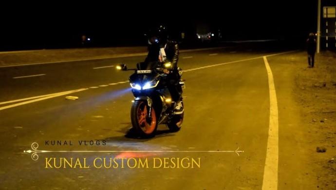 Sepeda motor ini memiliki tampilan yang dimodifikasi, dengan menggunakan produk aftermarket yang terdiri dari lampu LED sehingga menimbulkan lebih agresif namun berfungsi memberi pencahayaan lebih baik pada malam hari. Foto: Dok. Kunal Custom Design