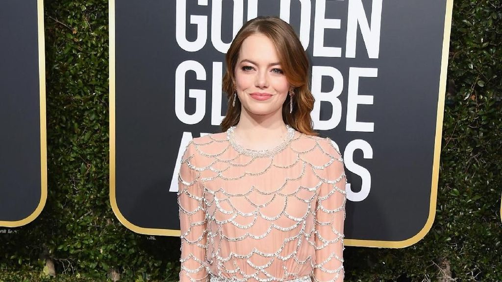 Memikat, Gaun Cantik Emma Stone di Golden Globes Dibuat Oleh 30 Orang