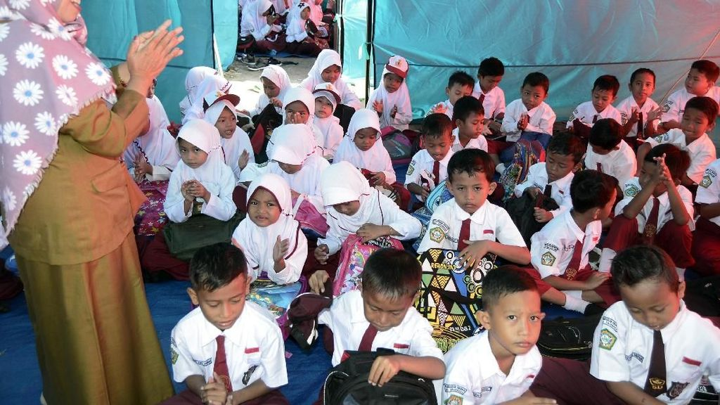 Semangat Anak-anak Korban Tsunami Meski Bersekolah di Tenda Darurat