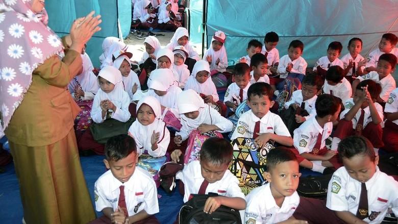 Semangat para siswa MI Darussalam di Desa Sukaraja, Kabupaten Lampung Selatan bersekolah di tenda darurat/ Foto: Antara Foto