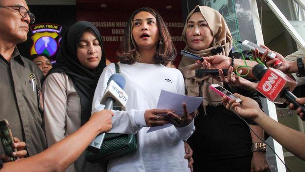 Artis berinisial VA (kedua kiri) berjalan keluar usai menjalani pemeriksaan terkait kasus prostitusi daring di Gedung Subdit Siber Ditreskrimsus Polda Jawa Timur, Surabaya, Jawa Timur, Minggu (6/1/2019). Polda Jatim memeriksa artis berinisial VA dan AS dan menetapkan tersangka kepada dua orang yang berperan sebagai mucikari berinisial ES (37) dan TN (28) asal Jakarta dalam kasus tersebut.