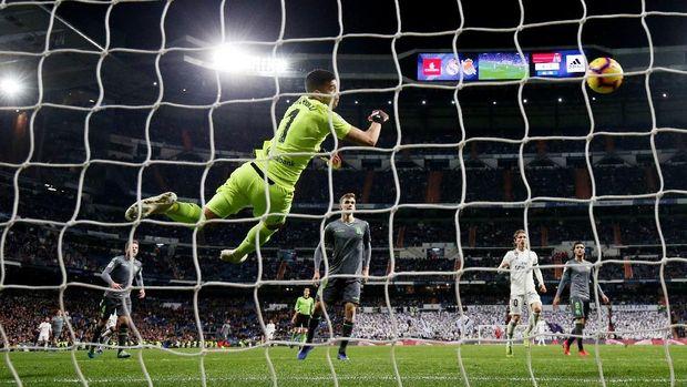 Real Madrid kesulitan mencetak gol ke gawang Real Sociedad yang dijaga Geronimo Rulli.