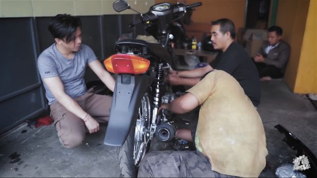 Ariel Noah memperbaiki motor Shogun lamanya.