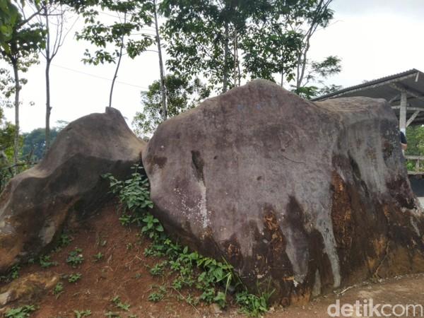 Batu tersebut tetap berdiri kokoh d bukit kaki Gunung Syawal. Sesepuh setempat mengatakan batu tersebut menjadi sebuah patok penguat tanah atau penyangga gunung supaya tidak longsor (Dadang/detikTravel)