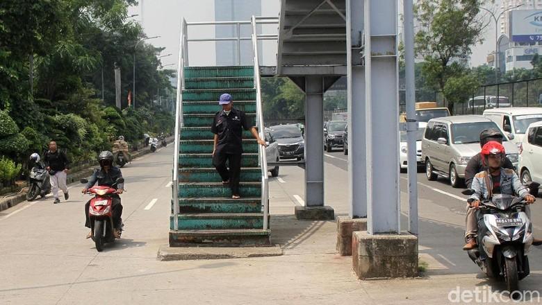 Wali Kota Jakbar Perintahkan JPO di Tengah Jalan Digeser