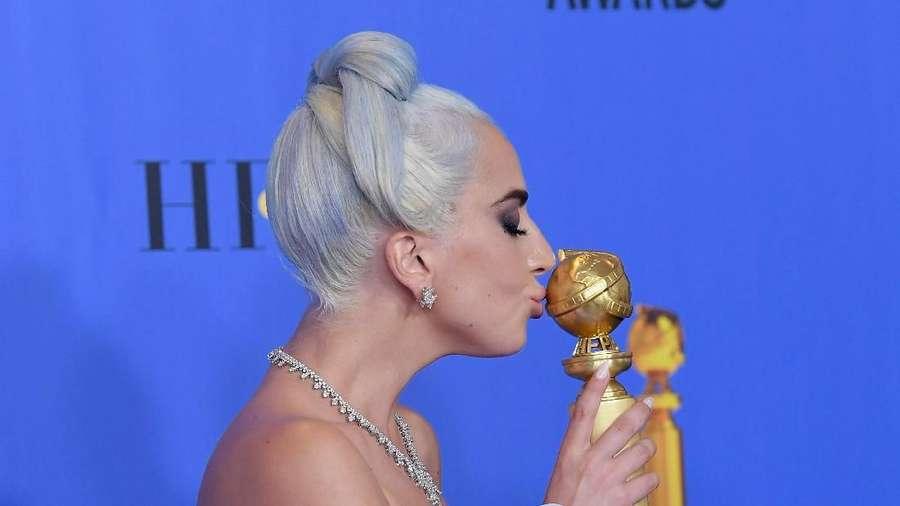 Lady Gaga Dihujani Ciuman di  Golden Globe 2019