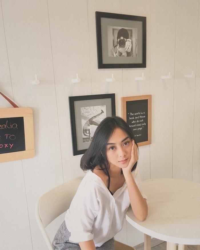 Azel dan Azaria sama-sama berprofesi sebagai model sekaligus selebgram. Bedanya, Azaria doyan hang out ke kafe kekinian. Foto: Instagram azariaavissa