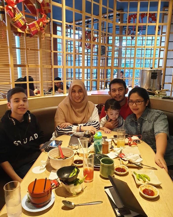 Rayakan ulang tahun keluarganya, Jane Shalimar menikmati makanan di resto sushi. Nampak ada Zarno, anak Jane yang kini beranjak remaja. Foto: Instagram janeshalimar_1