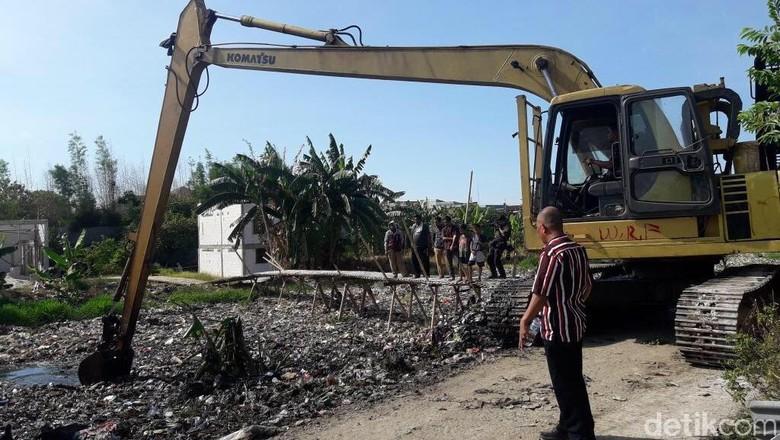 3 Hari Pembersihan, Sampah di Kali Pisang Batu Capai 100 Truk