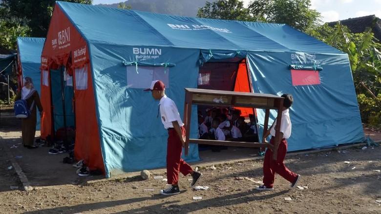 Anak-anak Korban Tsunami Sekolah di Tenda Darurat