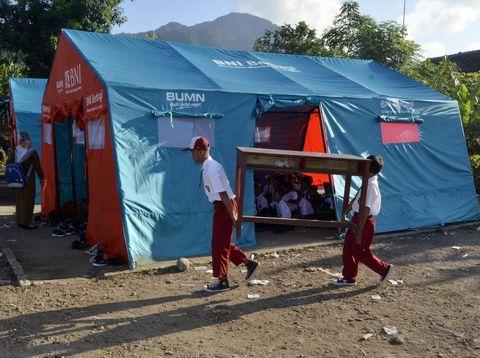 Siswa MI Darussalam di Desa Sukaraja, Lampung Selatan, harus bersekolah di tenda darurat/