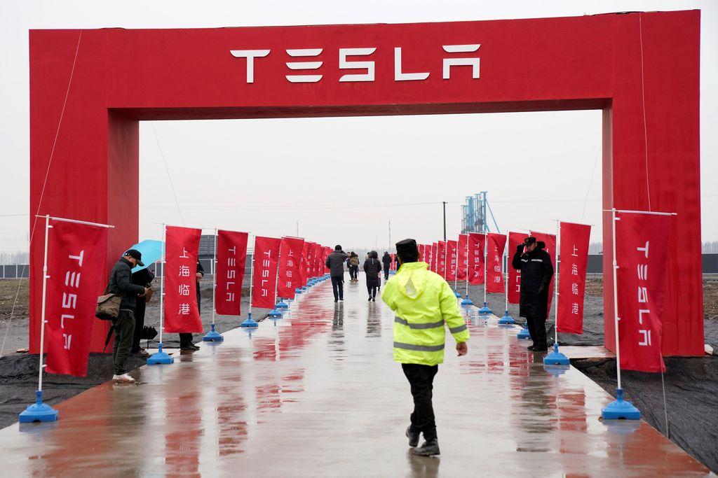 Logi dan bendera Tesla tampak berkibar di area yang akan dijadikan pabrik mobil Tesla. Foto: Reuters