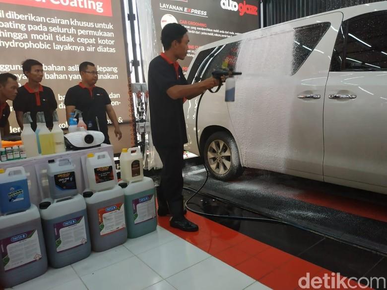 Cuci Mobil di SPBU Pertamina. Foto: Ridwan Arifin