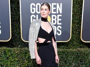 Menang Golden Globe, Rosamund Pike Malah Kubur Pialanya di Halaman Rumah