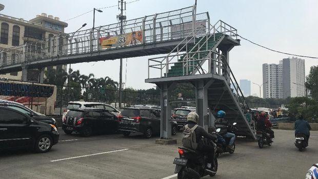 JPO tersebut berada di Jalan Arjuna Selatan, Kebon Jeruk