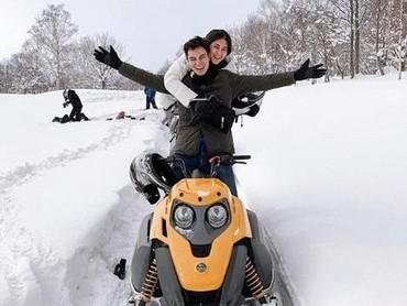 Baim Womg dan Paula Verhoeven juga bergabung dengan rombongan keluarga Raffi Ahmad nih, Bun. Wah pasangan baru ini honeymoon terus ya. Hi-hi-hi. (Foto: Instagram @baimwong)