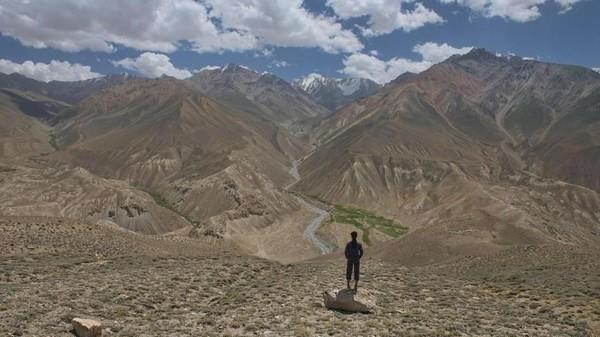 Membentang lebih dari 1.200 km antara Tajikistan dan Kirgistan, kawasan ini memberikan Anda perjalanan darat paling epik (Dave Stamboulis/BBC Travel)