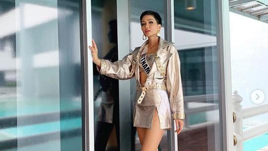 Usai Sumbang Uang, Miss Vietnam Diarak Keliling Desa