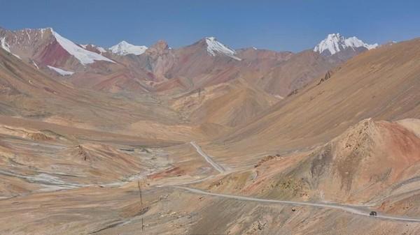 Inilah Pamir Highway. Merupakan salah satu jalan paling liar di dunia dan dikhususkan bagi pelancong pemberani (Dave Stamboulis/BBC Travel)