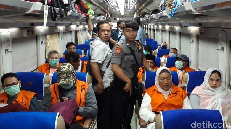Ott Kpk Hari Ini Di Surabaya Detail: Berbaju Tahanan, 12 Tersangka Suap DPRD Malang Naik Kereta