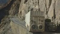 Para pengendara Pamir Highway sering dihadapkan dengan tikungan tajam yang sempit dan tebing terjal. Ban dan tebing, beda jaraknya tipis (Dave Stamboulis/BBC Travel)
