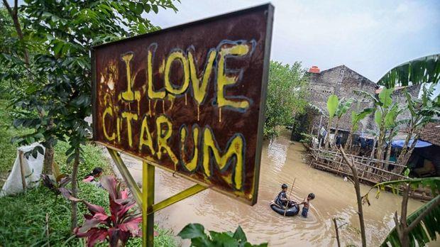 Luapan Sungai Citarum dan buruknya drainase atau saluran pembuangan air menjadi penyebab banjir di Bandung.