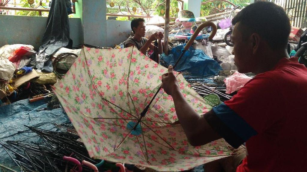 Mendulang Rupiah dari Bisnis Utak-atik Payung Rongsok