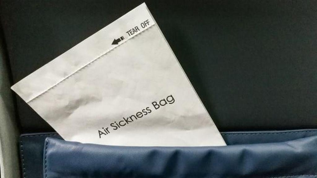 Viral! Penumpang Pesawat Tulis Surat Cinta di Kantong Muntah