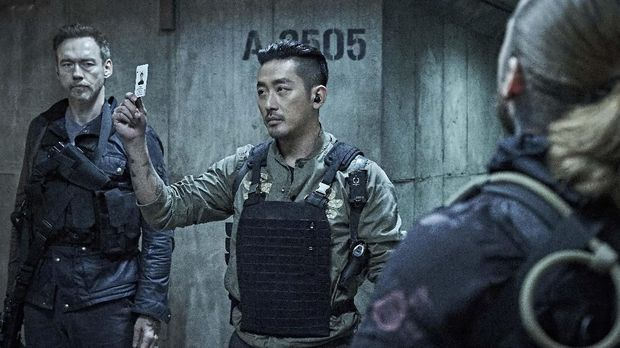Kapten Ahab (Ha Jung Woo) dalam 'Take Point'.