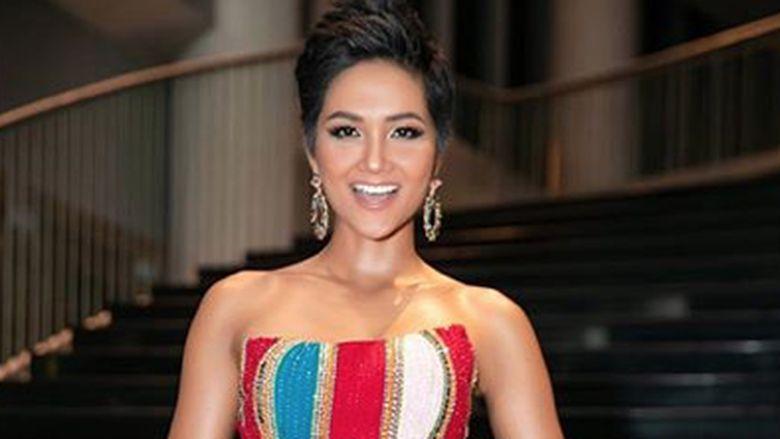 Hhen Nie jadi 5 besar di Miss Universe dan mendapat hadiah ratusan juta. Ia pun menyumbangkan uang itu untuk perpustakaan anak-anak di negaranya. Foto: Dok. Instagram/hhennie.official
