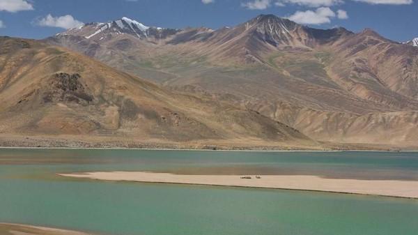 Traveler dapat ipemandangan menakjubkan antara kota-kota Pamir Highway di Asia Tengah itu. Ada Danau Yashikul yang bertepian pasir dan dihuni unta (Dave Stamboulis/BBC Travel)