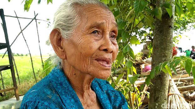 Senyum Mbah Cikrak Melihat Rumahnya Direnovasi Komunitas Peduli