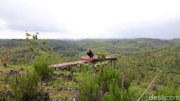 Melongok lebih jauh, mata pengunjung akan dimanjakan pemandangan alam berupa perbukitan nan asri dari puncak Gunung Gede. Tak hanya dapat menikmati keasrian alam, pengunjung juga dapat berswafoto di beberapa spot foto dengan beraneka bentuk (Pradito Rida Pertana/detikTravel)