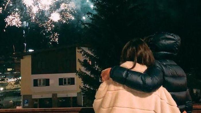 Rossi dan sofia terlihat saling berpelukan sambil menikmati kembang api. (Foto: Instagram @valeyellow46)