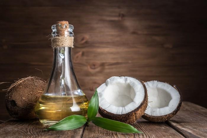 Manfaat minyak VCO atau minyak kelapa murni. Foto: Istock
