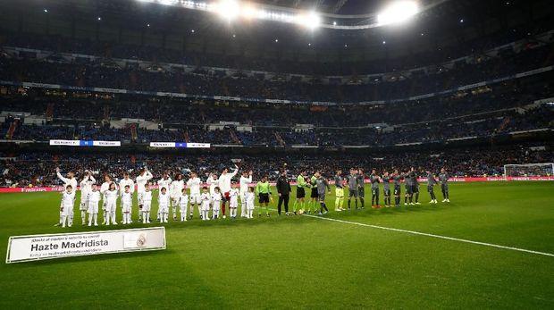 Beberapa kursi Santiago Bernabeu tampak kosong sejak laga Madrid vs Sociedad dimulai.