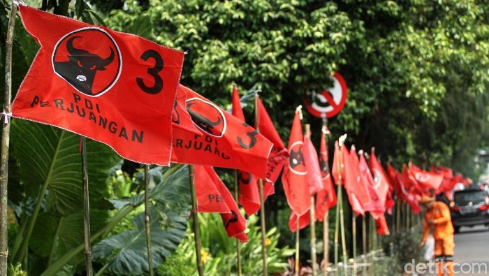PDIP akan menggelar Rakornas untuk menyambut HUT ke-46 pada Kamis (10/1/2019) mendatang. Ratusan bendera PDIP merahkan jalanan Jakarta.