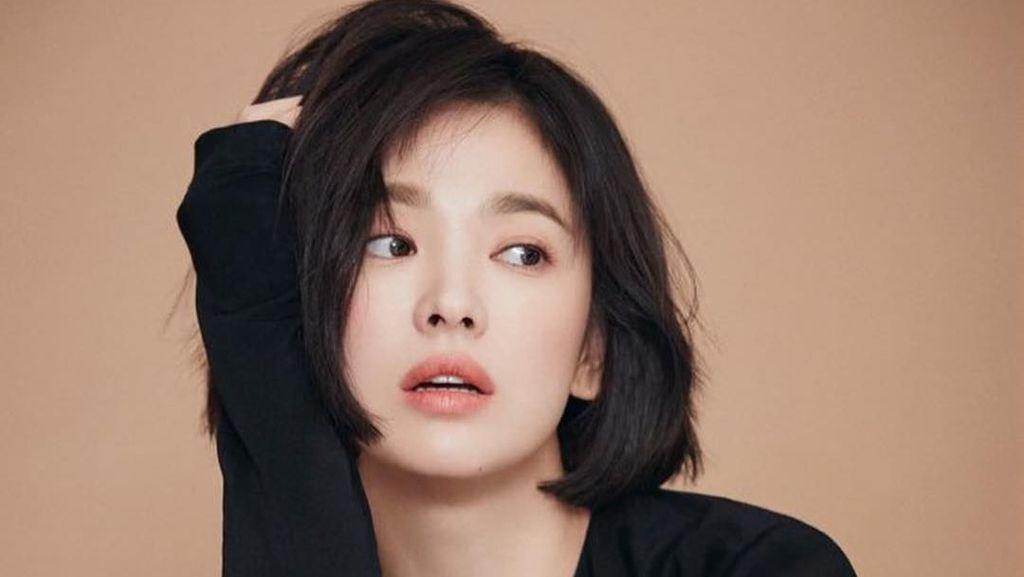 Foto: Saat Song Hye Kyo Pose Mangap Tapi Seksi, Gayanya Bikin Terpana